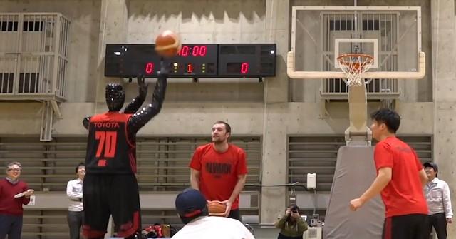 Nem tud hibázni a Toyota kosárlabdázó robotja