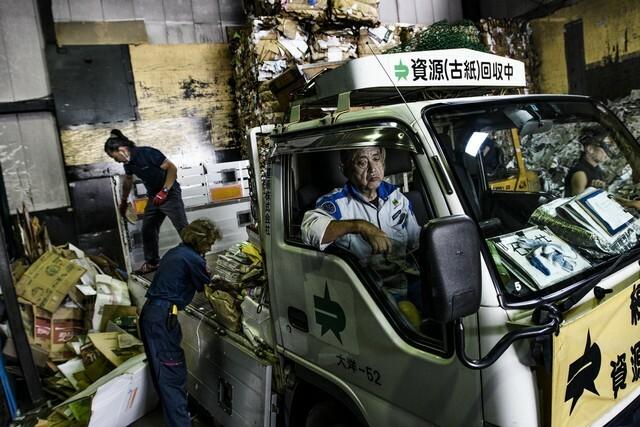 Kadir van Lohuizen feltárja a nyers igazságot napjaink globális hulladékproblémájáról