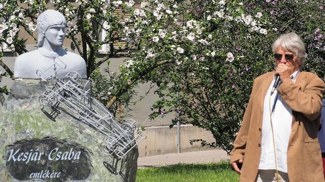 Realisztikusnak egyáltalán nem nevezhető Kesjár Csaba szobrot avattak Zuglóban