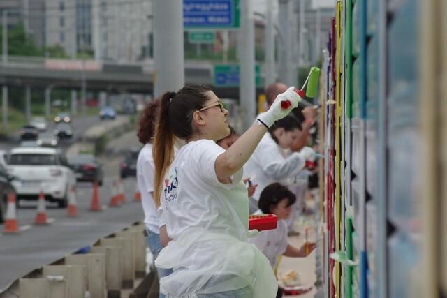 140 méter hosszú falat varázsoltak színessé közösségi összefogással, hogy megmutassák, vannak állati jó helyek